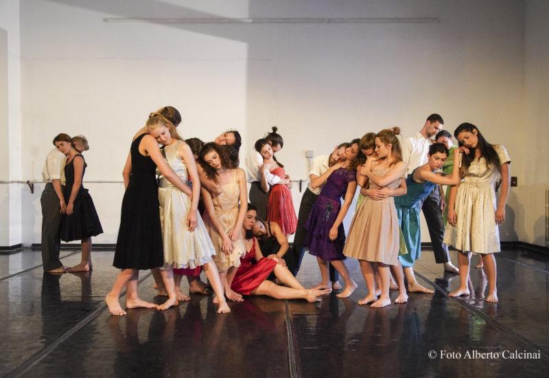 """Elogio della """"tenerezza"""" con gli allievi dell'atelier di Teatrodanza della Paolo Grassi nel lavoro di Julie Ann Anzilotti"""