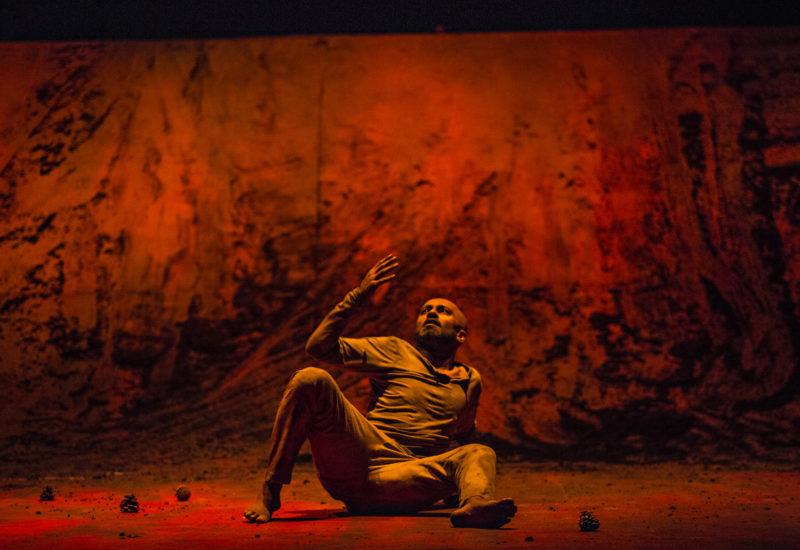 """""""Xenos""""  di Akram Khan un viaggio viscerale negli inferi e risalita"""