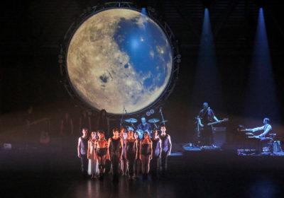 """In alto gli sguardi  con l'opera rock """"SHINE Pink Floyd Moon""""  di Micha van Hoecke al Teatro Olimpico a Roma"""